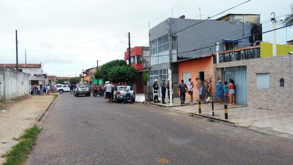 PM Mário Pinheiro foi morto nesta terça-feira (13), na rua Santa Tereza, no bairro Bom Pastor, Zona Oeste da cidade. (Foto: Marksuel Figueredo/Inter TV Cabugi)