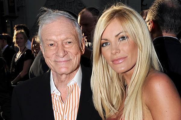 Que o Hugh Hefner adora mulheres mais novas todo mundo sabe. Mas ninguém esperava que ele fosse se casar novamente: em 2012, o criador da Playboy casou-se com Crystal Harris, sessenta anos mais nova que ele!  (Foto: Getty Images)