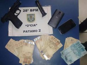 Quantia em dinheiro e pistola apreendidas na ocorrência (Foto: Divulgação/Polícia Militar)