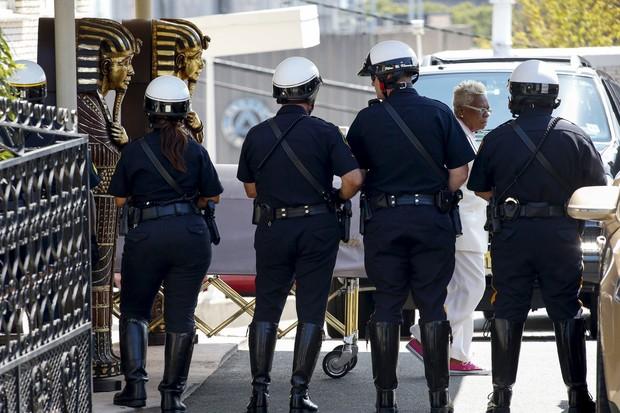 Policiais impedem que o caixão de Bobbi Kristina seja fotografado (Foto: REUTERS/Eduardo Munoz)