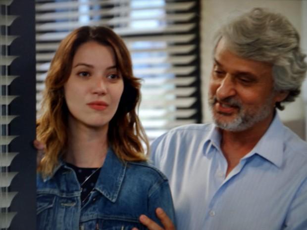 Laura se decepciona ao voltar ao trabalho (Foto: TV Globo)