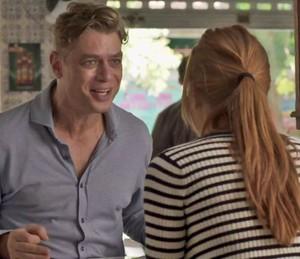 Arthur conta para Eliza que ela fará seu primeiro editorial internacional (Foto: TV Globo)