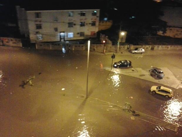 Rua alagada em Madureira, na Zona Norte do Rio (Foto: Renata de Oliveira Gomes/VC no G1)