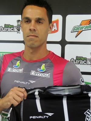 André Rocha, lateral apresentado pelo Figueirense (Foto: Paulo Evangelista)