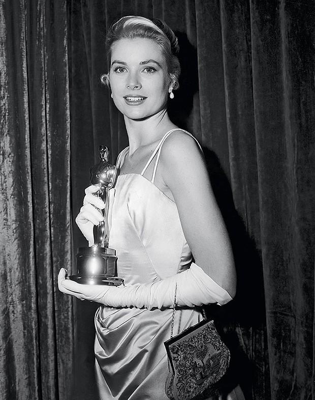 9. Grace Kelly na cerimônia de premiação do Oscar, em 1954. Ela ganhou como Melhor Atriz por seu papel em Amar é sofrer, de George Seaton (Foto:  )