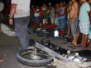 Acidente entre as duas motos e um carro aconteceu em Várzea Nova e deixou uma pessoa morta (Foto: Walter Paparazzo/G1)