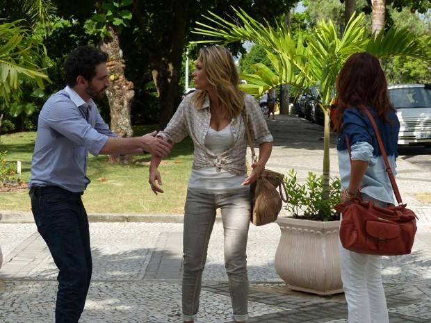 Celso força a barra para conversar com Érica  (Foto: Salve Jorge/TV Globo)