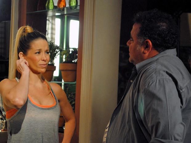 Marcela fica sem graça ao perceber interesse de Nando (Foto: Malhação / TV Globo)