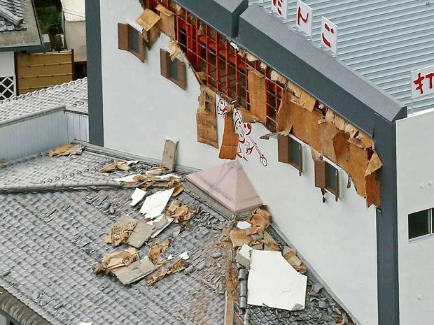 Tremor provocou danos em prédio da Tottori (Foto: Kyodo News / via AP Photo)