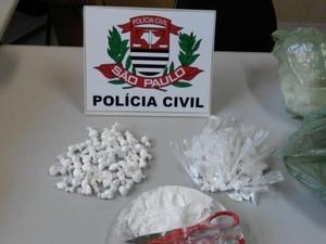 Homens foram flagrados embalando grande quantidade de cocaína  (Foto: Divulgação/ J. Serafim)