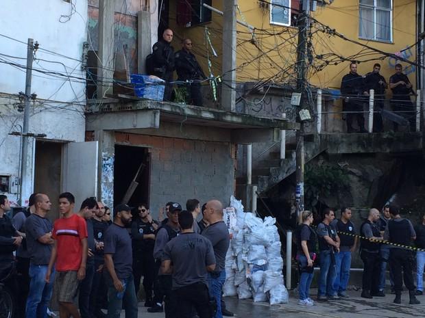Policiais se dividiram por vários pontos da comunidade (Foto: Káthia Mello / G1)