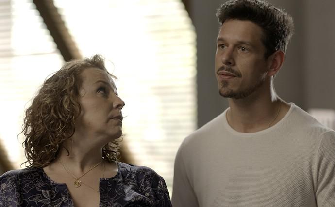 Néia e Lázaro são surpreendidos por Diana (Foto: TV Globo)