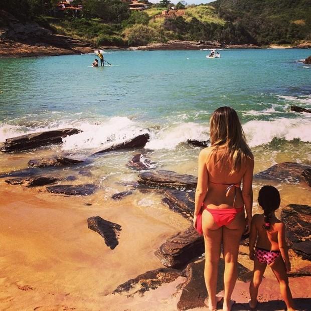 Ingrid Guimarães com a filha, Clara, em praia (Foto: Instagram/ Reprodução)
