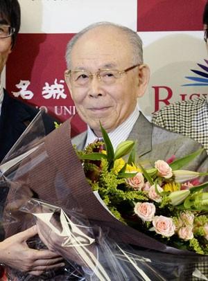 Akasaki recebe flores após dar entrevista nesta terça, no Japão, quando comentou o fato de ter sido laureado com o Nobel de Física (Foto: AP)