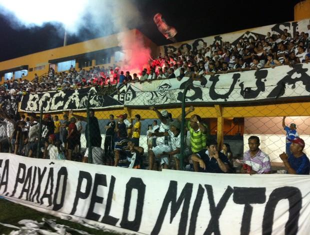 Torcida do Mixto lota o estádio Presidente Dutra no jogo contra o Araguaína em Cuiabá (Foto: Lucas de Senna/Globoesporte.com)