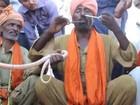 Encantador põe cobra venenosa pelo nariz e a retira pela boca no Paquistão