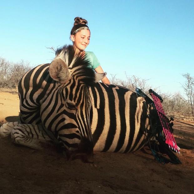 Aryanna Gourdin com uma zebra morta (Foto: Reprodução / Facebook)