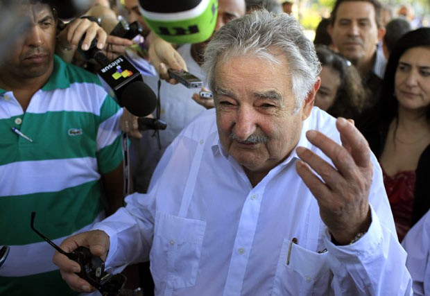 O presidente do Uruguai, José Mujica, dá entrevista em Havana, Cuba, em 25 de julho (Foto: AP)