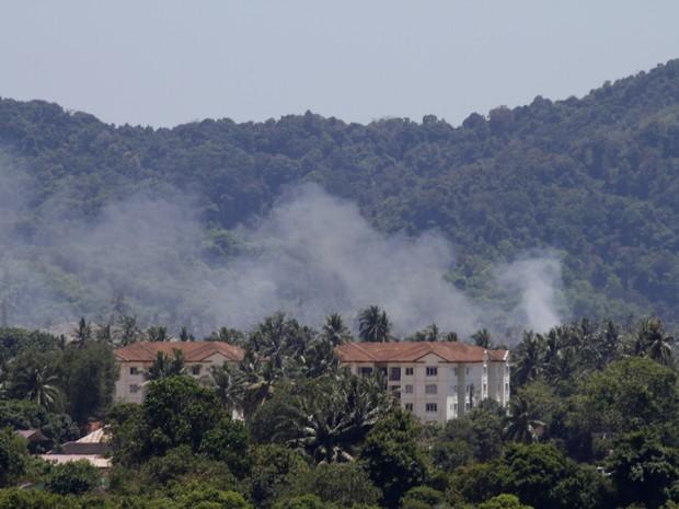 Fumaça é vista depois que aviões colidiram no ar na Malásia (Foto: Ow Eng Tiong/AP)