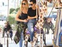 Khloe Kardashian e Kourtney Kardashian se divertem em carrossel