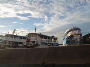 Embarcações atracadas em frente a Capitania Fluvial de Santarém (Foto: Karla Lima/G1)