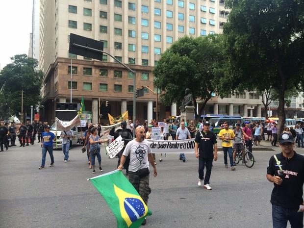 Após concentração, passeata saiu por volta das 16h30 (Foto: Henrique Coelho / G1)