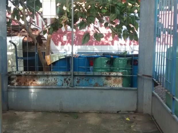 Ladrões invadiram depósito de botijão de gás em Neves Paulista (Foto: Hercilaine Cristina da Costa Marinho)