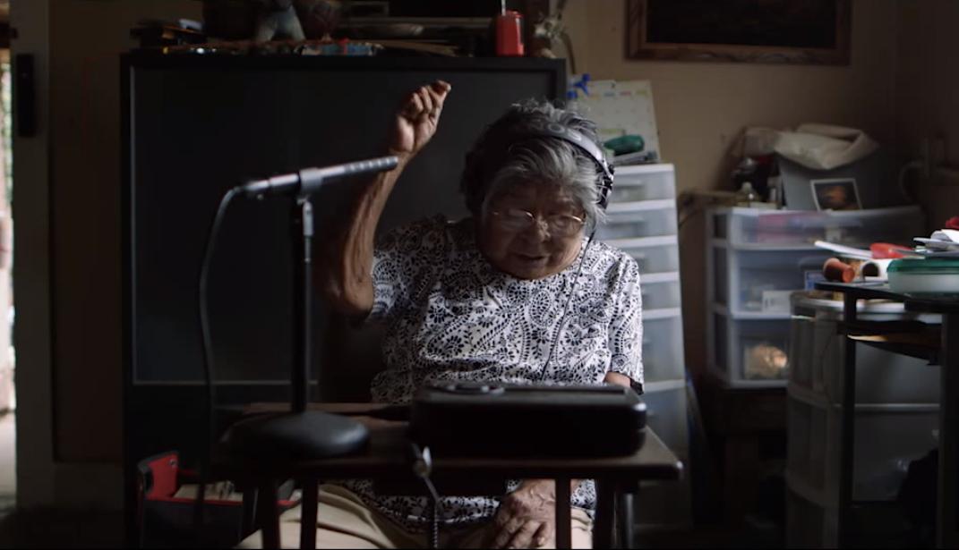 Marie Wilcox gravando textos em Wakchumi para o dicionário em áudio (Foto: Reprodução/Youtube)