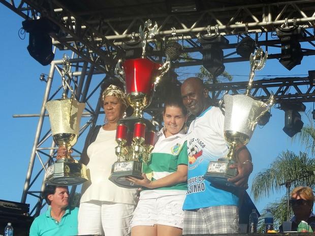 Presidentes das três melhores escolas do grupo de acesso de Juiz de Fora com os troféus (Foto: Roberta Oliveira/G1)