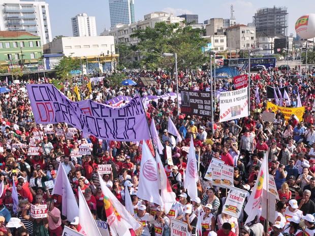 SÃO PAULO: Multidão protesta contra o presidente em exercício Michel Temer no Largo da Batata, em São Paulo (Foto: Peter Leone/Futura Press/Estadão Conteúdo)