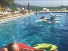 Kourtney Kardashian arrasa com corpaço em foto de biquíni