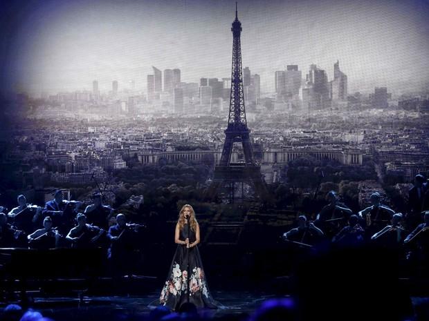 A cantora Céline Dion durante a apresentação no American Music Awards neste domingo (22); ela fez homenagem às vítimas dos atentados em Paris (Foto: Mario Anzuoni/Reuters )