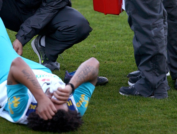 Marcelo lesionado no treino da Seleção (Foto: Mowa Press)