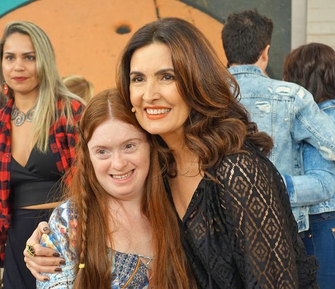Apresentadora com Raquel, convidada que mostrou que fez uma performance de dança do ventre (Foto: Vinícius Cunha/Gshow)