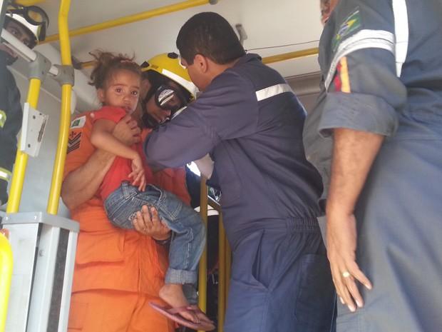 Menina de 3 anos ficou com o braço preso em um banco de um ônibus de transporte coletivo no Aeroporto Internacional de Brasília (Foto: Raquel Morais/G1)