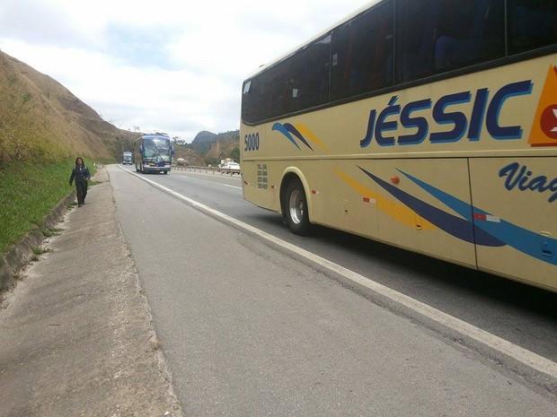 Ônibus fazem carreata na BR-040, em Petrópolis, contra medida da ANTT (Foto: Andressa Canejo)