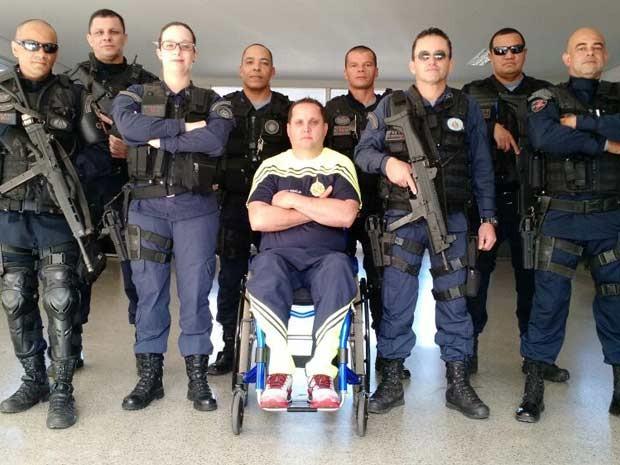 Hélvio Pompilho e miltares do 11º Batalhão da Polícia Militar de Samambaia  (Foto: Arquivo Pessoal/Reprodução)