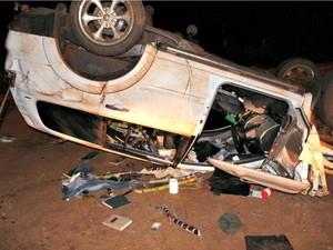 Carro ficou destruído após capotagem na MS-157 em Itaporã, MS (Foto: Carlos Ferrari/ Itaporã Hoje)