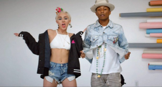 Miley Cyrus e Pharrell Williams no clipe de