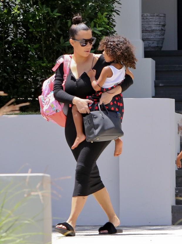 X17 - Kim Kardashian e a filha North West em Los Angeles, nos Estados Unidos (Foto: X17online/ Agência)