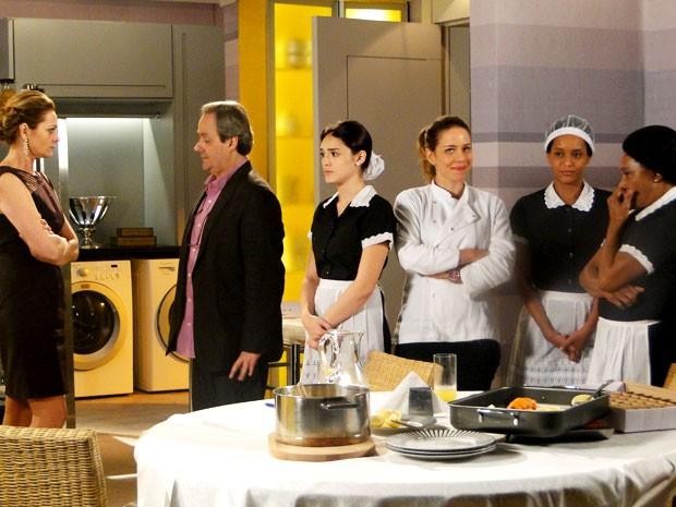 Sônia não acredita que está sendo servida pelas Empreguetes (Foto: Cheias de Charme / TV Globo)