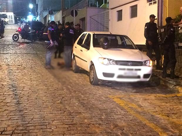 Segundo o policial que fez os disparos, ele estava estacionado na rua General Francisco Monteiro quando os assaltantes se aproximaram     (Foto: Kleber Teixeira/Inter TV Cabugi)