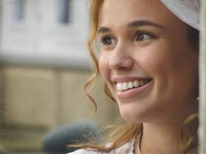 Alice repara nos olhares de Jonas (Foto: Lado a Lado/TV Globo)