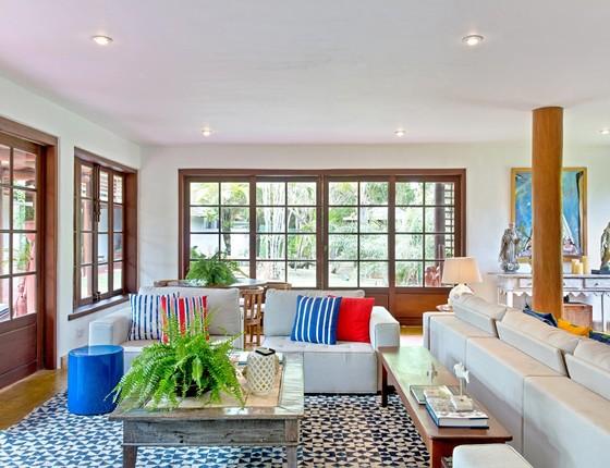 Na nova sala de estar, as paredes coloridas deram espaço para o branco. O destaque foi transferido para os novos móveis e acessórios (Foto: Lucas Silva)