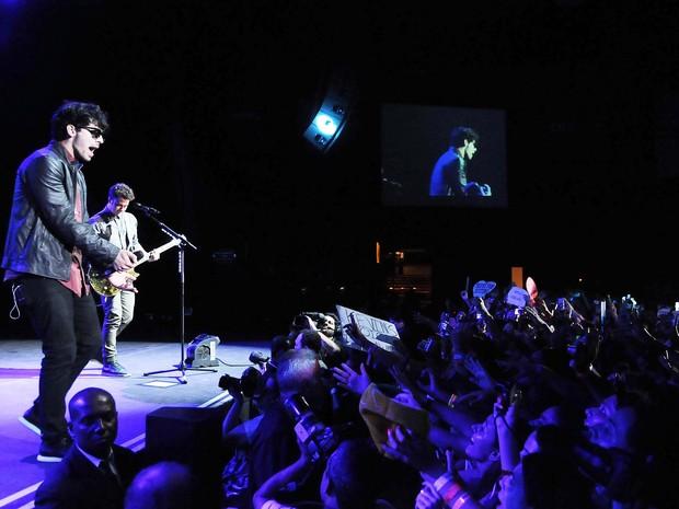Com apenas 10 minutos de atraso, os cantores subiram ao palco às 21h40 e tocaram por cerca de uma hora e meia (Foto: Alexandre Durão / G1)