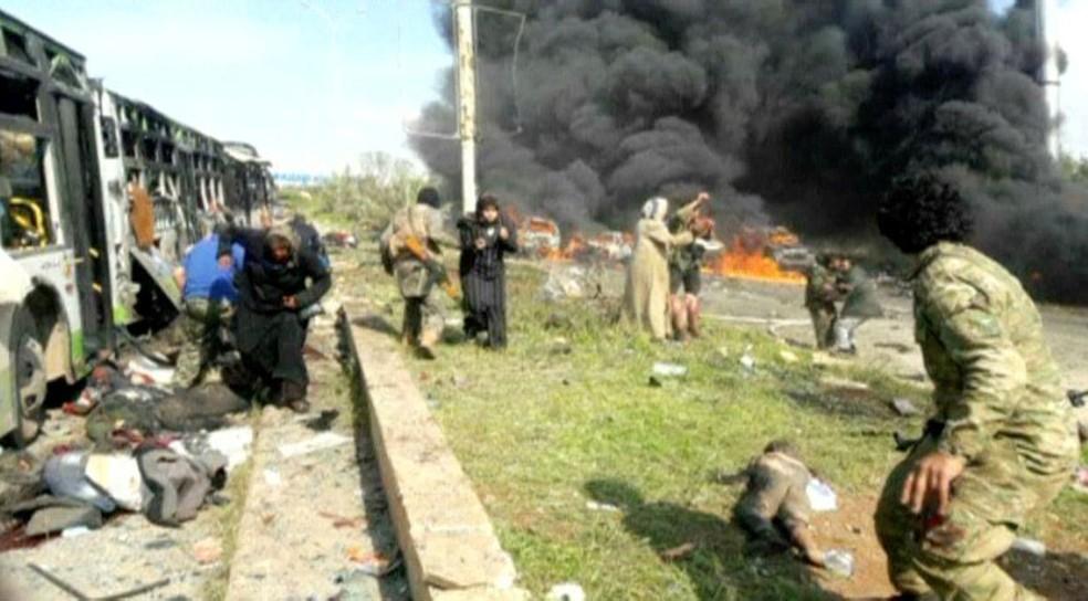 Imagem mostra explosões e ônibus destruídos com vítimas pelo chão em Aleppo, na Síria (Foto: Reuters)