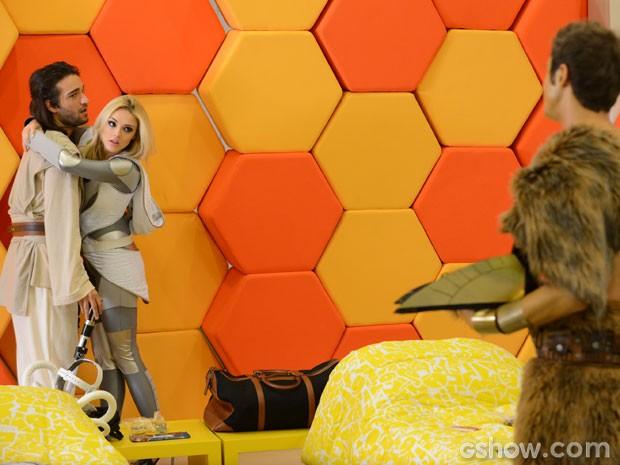 Danilo flagra os dois e acaba com a festa de Megan (Foto: Raphael Dias/TV Globo)