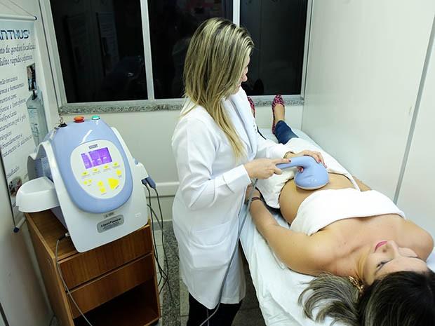 Serviços são executados por profissionais e alunos de Fisioterapia e incluem, entre outros, drenagem linfática, depilação definitiva, limpeza de pele e cuidados de pós-operatório.  (Foto: Ares Soares/Unifor)