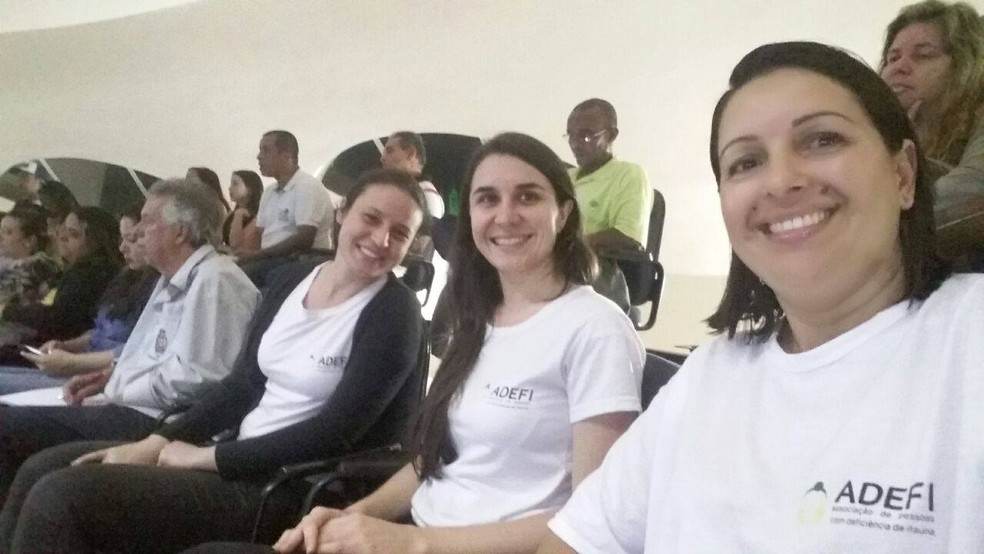Integrantes da Associação dos Deficientes Físicos de Itaúna (Adefi) participam de reunião que votou projeto sobre acessibilidade (Foto: Valéria Melo/Arquivo pessoal)