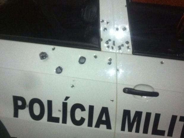 Carro da PM de Lagoa Nova foi atingido por vários disparos (Foto: J. Júnior/G1)